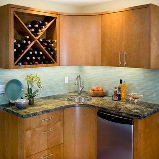 ロサンゼルスの小さいコンテンポラリースタイルのおしゃれなウェット バー (L型、アンダーカウンターシンク、フラットパネル扉のキャビネット、淡色木目調キャビネット、ガラスタイルのキッチンパネル、コルクフローリング、大理石カウンター、グレーのキッチンパネル) の写真