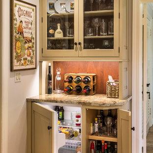 Ispirazione per un piccolo angolo bar country con ante a filo, ante beige, top in granito, paraspruzzi marrone e pavimento in legno massello medio