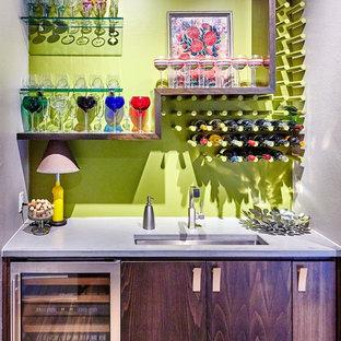 Esempio di un piccolo angolo bar con lavandino minimalista con lavello sottopiano, ante lisce, ante in legno bruno, top in cemento e paraspruzzi verde