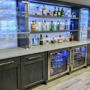 Immagine di un grande bancone bar contemporaneo con lavello sottopiano, ante in stile shaker, ante in legno bruno, top in quarzo composito, paraspruzzi grigio, pavimento in vinile, pavimento beige e top grigio