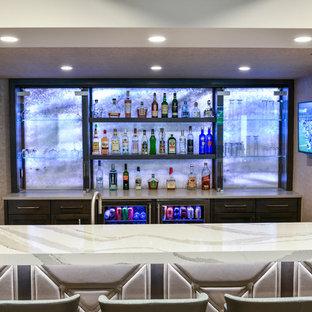 Ispirazione per un grande bancone bar design con lavello sottopiano, ante in stile shaker, ante in legno bruno, top in quarzo composito, paraspruzzi grigio, pavimento in vinile, pavimento beige e top grigio