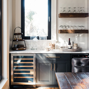 Idee per un piccolo armadio bar contemporaneo con ante in stile shaker, ante grigie, pavimento marrone e top bianco