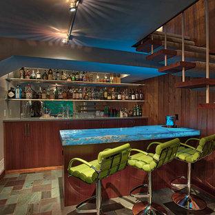 Ejemplo de bar en casa con fregadero de galera, vintage, pequeño, con fregadero bajoencimera, armarios con paneles lisos, puertas de armario de madera oscura, salpicadero de vidrio templado, suelo de baldosas de cerámica y suelo multicolor