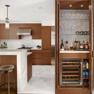 ニューヨークの小さいコンテンポラリースタイルのおしゃれなホームバー (シンクなし、中間色木目調キャビネット、マルチカラーのキッチンパネル、無垢フローリング、人工大理石カウンター、茶色い床、オープンシェルフ) の写真