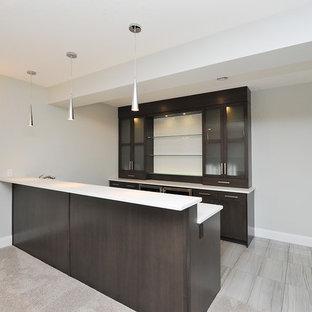 Esempio di un angolo bar moderno di medie dimensioni con ante lisce, ante in legno bruno, top in superficie solida, pavimento in gres porcellanato, pavimento grigio e top bianco