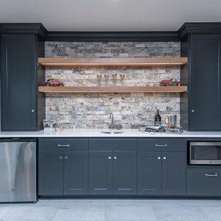 Idee per un armadio bar classico con lavello sottopiano, ante in stile shaker, ante grigie, paraspruzzi multicolore, pavimento grigio e top bianco