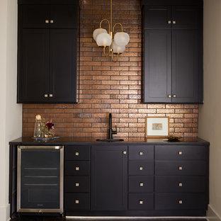 ナッシュビルのコンテンポラリースタイルのおしゃれなウェット バー (I型、シェーカースタイル扉のキャビネット、黒いキャビネット、サブウェイタイルのキッチンパネル、濃色無垢フローリング、黒い床) の写真