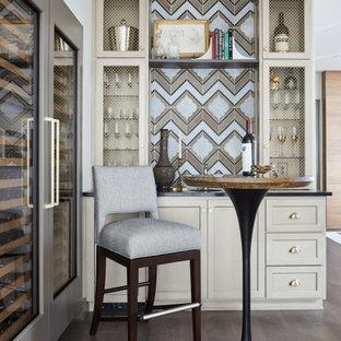 ナッシュビルのトランジショナルスタイルのおしゃれなホームバー (濃色無垢フローリング、茶色い床) の写真