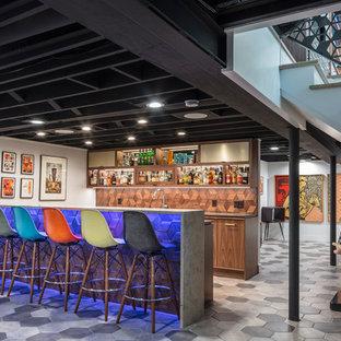カンザスシティのミッドセンチュリースタイルのおしゃれな着席型バー (濃色木目調キャビネット、茶色いキッチンパネル、木材のキッチンパネル、マルチカラーの床) の写真