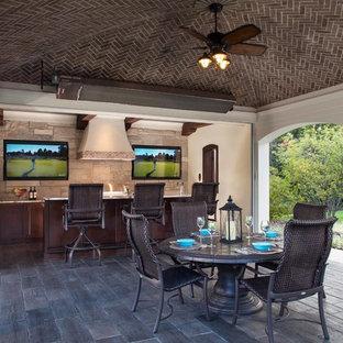 Esempio di un grande bancone bar classico con lavello sottopiano, ante con riquadro incassato, ante in legno bruno, top in granito, paraspruzzi con piastrelle in pietra e pavimento in ardesia