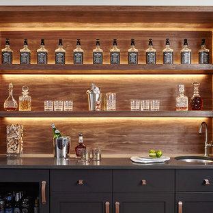 トロントのトランジショナルスタイルのおしゃれなウェット バー (I型、アンダーカウンターシンク、木材のキッチンパネル、シェーカースタイル扉のキャビネット) の写真