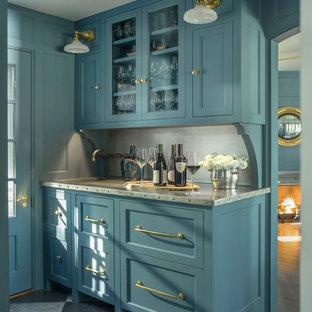 Immagine di un angolo bar con lavandino country con lavello integrato, ante in stile shaker, ante blu, top in acciaio inossidabile, paraspruzzi grigio, pavimento grigio e top grigio