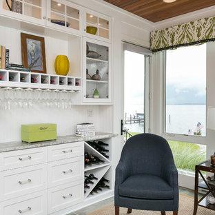 Immagine di un armadio bar costiero di medie dimensioni con nessun lavello, ante in stile shaker, ante bianche, paraspruzzi bianco e top in granito