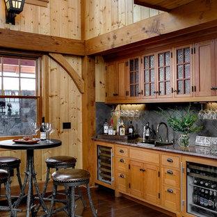 Foto di un grande angolo bar con lavandino rustico con lavello da incasso, ante in stile shaker, ante in legno scuro, paraspruzzi grigio e paraspruzzi con piastrelle in pietra