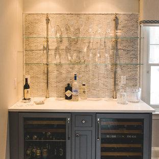 Esempio di un piccolo angolo bar con lavandino tradizionale con nessun lavello, ante con riquadro incassato, ante grigie, top in superficie solida, paraspruzzi grigio, paraspruzzi con piastrelle a mosaico e parquet scuro
