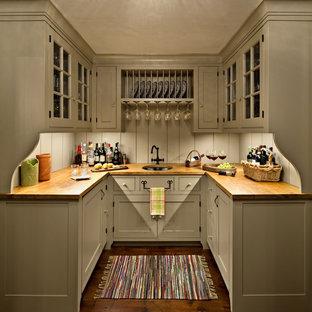 Esempio di un angolo bar country con ante grigie, top in legno, paraspruzzi grigio, pavimento in legno massello medio, lavello sottopiano, ante di vetro, pavimento marrone e top marrone