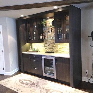 Idéer för små vintage linjära hemmabarer med vask, med släta luckor, skåp i mörkt trä, bänkskiva i kvartsit, vitt stänkskydd, mörkt trägolv, stänkskydd i stenkakel och brunt golv