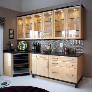 Ispirazione per un angolo bar con lavandino tradizionale di medie dimensioni con ante di vetro, ante in legno chiaro, top in superficie solida, paraspruzzi multicolore, paraspruzzi con piastrelle a mosaico e pavimento con piastrelle in ceramica