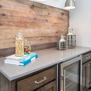 Ispirazione per un piccolo angolo bar costiero con nessun lavello, ante in stile shaker, ante in legno bruno, paraspruzzi in legno, pavimento grigio e top grigio