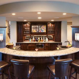 Foto di un grande bancone bar chic con lavello sottopiano, ante in legno bruno, top in granito, paraspruzzi a specchio, pavimento con piastrelle in ceramica, nessun'anta e pavimento grigio