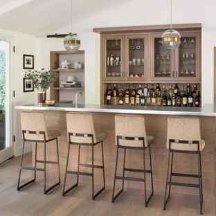 Esempio di un bancone bar country di medie dimensioni con lavello da incasso, ante a filo, ante in legno scuro, top in zinco, top grigio e parquet chiaro