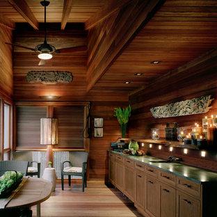 ニューヨークのアジアンスタイルのおしゃれなホームバー (I型、濃色木目調キャビネット、木材のキッチンパネル) の写真