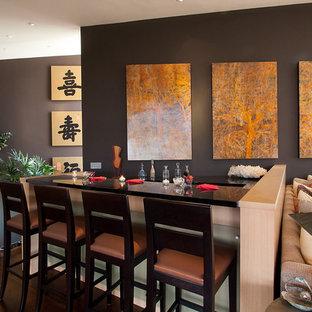 Idee per un angolo bar etnico con parquet scuro e pavimento marrone