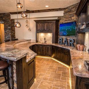 シアトルの広いラスティックスタイルのおしゃれなホームバー (ベージュキッチンパネル、トラバーチンのキッチンパネル) の写真