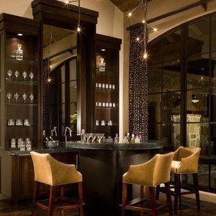Idee per un bancone bar moderno di medie dimensioni con ante in stile shaker, ante in legno bruno, top in saponaria e parquet scuro