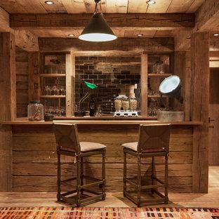 Idee per un bancone bar stile rurale di medie dimensioni con nessun'anta, ante in legno scuro, top in legno, paraspruzzi a specchio e parquet chiaro