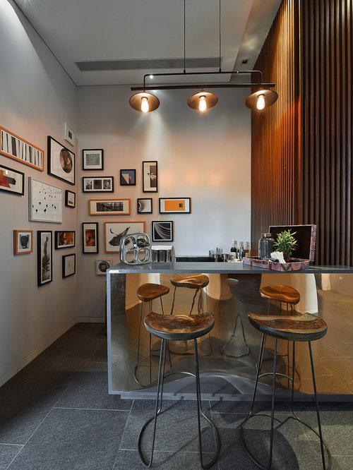 Bar de salon contemporain avec une cr dence en bois for Bar de salon en bois