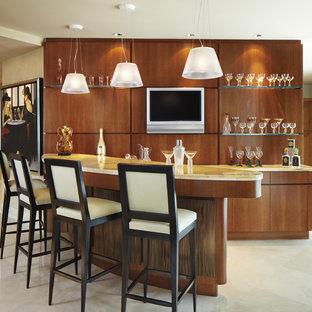 マイアミの中くらいのコンテンポラリースタイルのおしゃれな着席型バー (大理石の床、フラットパネル扉のキャビネット、中間色木目調キャビネット) の写真