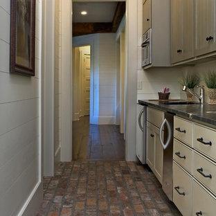 Idee per un angolo bar con lavandino rustico di medie dimensioni con lavello sottopiano, top in saponaria, pavimento in mattoni, ante a filo, ante grigie e pavimento rosso