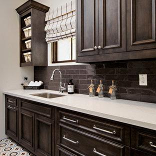 Idee per un armadio bar tradizionale con lavello sottopiano, ante con riquadro incassato, ante in legno bruno, paraspruzzi marrone, paraspruzzi con piastrelle diamantate e pavimento multicolore