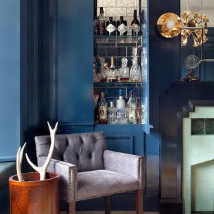Esempio di un angolo bar tradizionale con ante blu