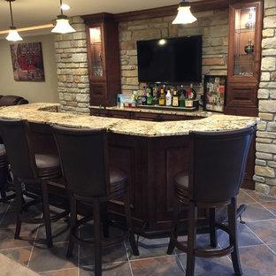 Foto di un grande bancone bar stile americano con pavimento con piastrelle in ceramica, lavello sottopiano, ante con bugna sagomata, top in granito, paraspruzzi beige, paraspruzzi con piastrelle in pietra, pavimento multicolore e ante in legno scuro