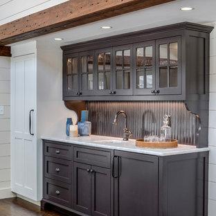 Immagine di un armadio bar tradizionale di medie dimensioni con lavello sottopiano, ante lisce, ante marroni, top in marmo, paraspruzzi in legno, parquet scuro, pavimento marrone e top giallo