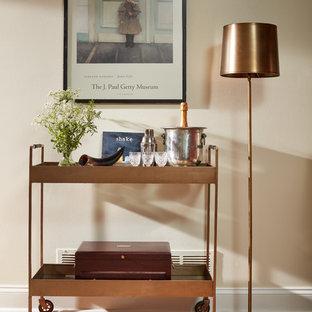 Diseño de bar en casa con carrito de bar clásico, pequeño, con suelo de madera clara y suelo marrón