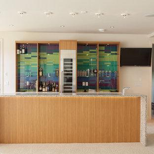 エドモントンの中サイズのコンテンポラリースタイルのおしゃれなウェット バー (ll型、オープンシェルフ、中間色木目調キャビネット、マルチカラーのキッチンパネル、カーペット敷き) の写真