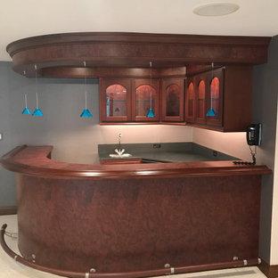 シカゴの中くらいのモダンスタイルのおしゃれなウェット バー (L型、家具調キャビネット、濃色木目調キャビネット、木材カウンター、グレーのキッチンパネル、赤いキッチンカウンター、アンダーカウンターシンク) の写真