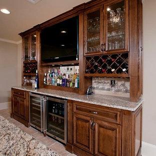 Idee per un bancone bar classico di medie dimensioni con lavello sottopiano, ante con bugna sagomata, ante in legno scuro, top in quarzo composito, pavimento in terracotta, pavimento beige e top multicolore