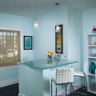 Esempio di un piccolo bancone bar costiero con top in vetro, pavimento grigio e top turchese