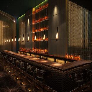 Immagine di un ampio bancone bar bohémian con top in legno e parquet scuro