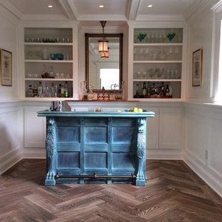 インディアナポリスの広いトランジショナルスタイルのおしゃれな着席型バー (ll型、落し込みパネル扉のキャビネット、青いキャビネット、木材カウンター、白いキッチンパネル、濃色無垢フローリング、ターコイズのキッチンカウンター) の写真