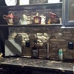 アトランタの小さいラスティックスタイルのおしゃれなウェット バー (ll型、ドロップインシンク、レイズドパネル扉のキャビネット、ヴィンテージ仕上げキャビネット、珪岩カウンター、グレーのキッチンパネル、石スラブのキッチンパネル、セラミックタイルの床、オレンジの床、マルチカラーのキッチンカウンター) の写真
