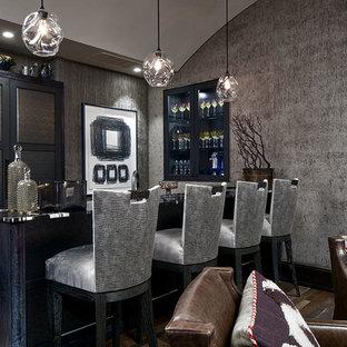 シカゴの中サイズのトランジショナルスタイルのおしゃれな着席型バー (家具調キャビネット、青いキャビネット、木材カウンター、濃色無垢フローリング、茶色い床、黒いキッチンカウンター) の写真