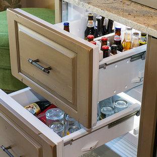 マイアミの中くらいのトランジショナルスタイルのおしゃれなウェット バー (レイズドパネル扉のキャビネット、グレーのキャビネット、御影石カウンター、I型、アンダーカウンターシンク、グレーのキッチンパネル、ミラータイルのキッチンパネル、磁器タイルの床、ベージュの床、マルチカラーのキッチンカウンター) の写真