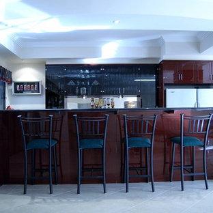 Idee per un piccolo angolo bar con lavandino minimalista con paraspruzzi con lastra di vetro, ante lisce, ante nere, top in quarzo composito, paraspruzzi grigio e pavimento in gres porcellanato