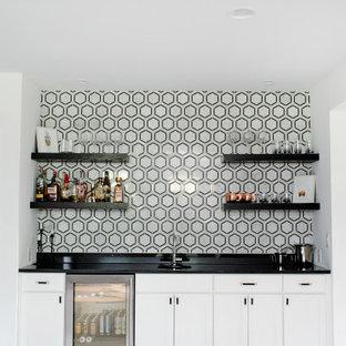 Idee per un angolo bar con lavandino minimal con lavello sottopiano, mensole sospese, ante bianche, top in granito, paraspruzzi multicolore, paraspruzzi in marmo, moquette, pavimento grigio e top nero