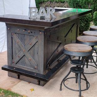 Foto di un piccolo bancone bar stile rurale con ante con riquadro incassato, ante con finitura invecchiata e top in quarzo composito